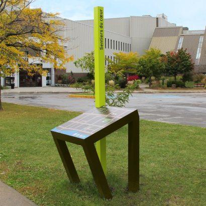 Présentoir du Sentier du cœur pour le Collège Montmorency Anick Blais Design